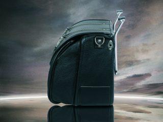 CLASSIC BLACK BAG LATERALE A PIENO: Borsa modello Classic Black Bag in pelle nera con cuciture nere in versione espansa, capacità 36 litri.