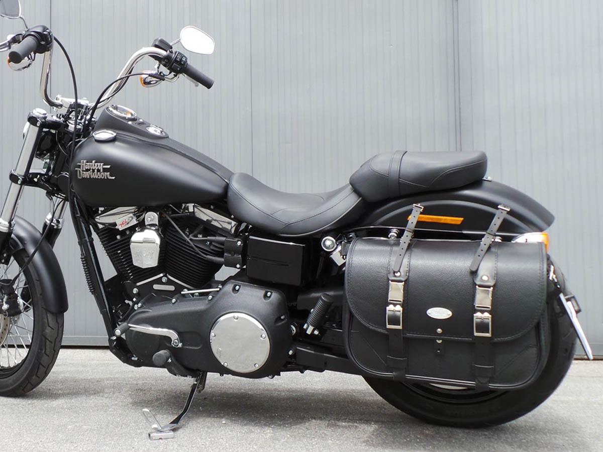 Classic-Black-Bag-Black-Seams-con-cinghiette-kit-di-chiusura-e-portatarga-laterale-montata-su-H-D-Dyna