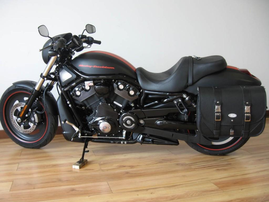 Classic-Black-Bag-Black-Seams-montata-su-H-D-Nightrod-Special-1024x768
